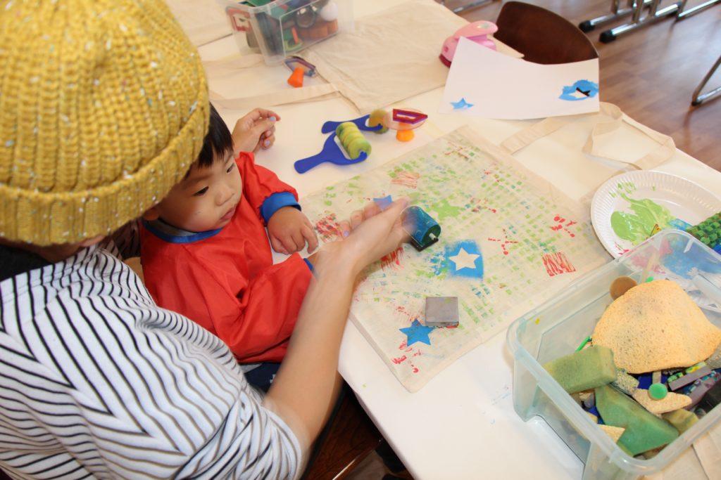Kind malt im juggleHUB