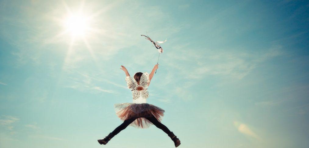 Bild: Fröken Fokus - Frau springt in die Luft