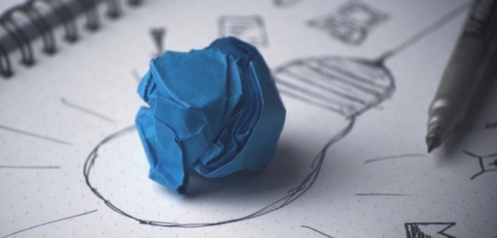 Stift Idee Glübirne auf Papier